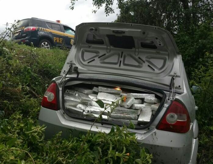 Droga estava no porta-malas de um carro (Foto: PRF/Divulgação)
