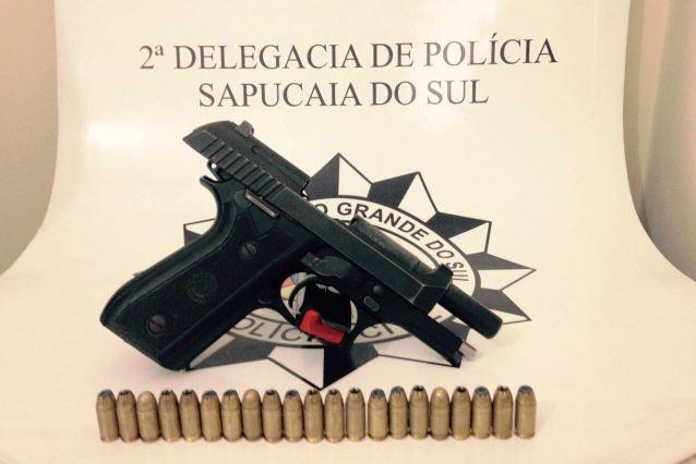Arma estava no bolso do casaco do adolescente,(Foto: PC/Divulgação)