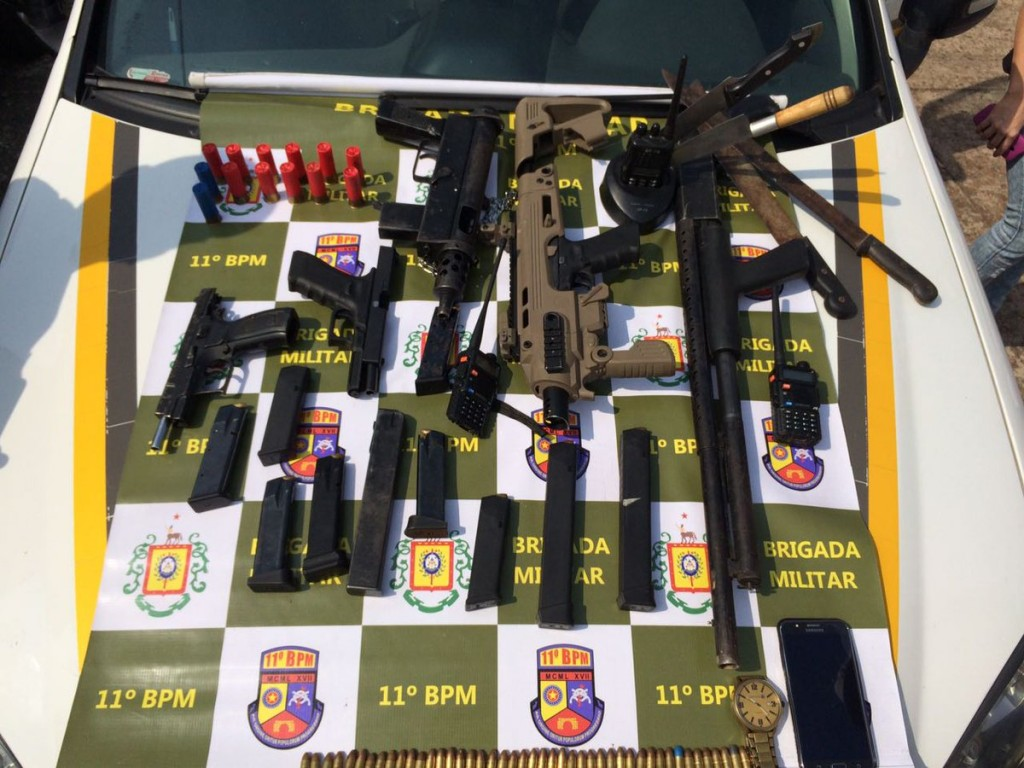 Diversas  armas foram apreendidas com os criminosos, (Foto: BM/Divulgação)
