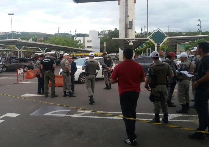 Carro da vítima foi alvejado por diversos disparos (Foto: Brigada Militar/Divulgação)