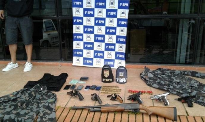 Armas e fardas da BM foram apreendidas (Foto: Brigada Militar/Divulgação)