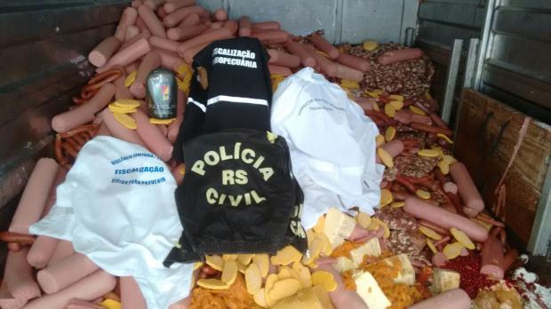 Dentre o material apreendido estavam linguiças, margarinas, corações de frango, embutidos, entre outros (Foto: Polícia Civil/Divulgação)