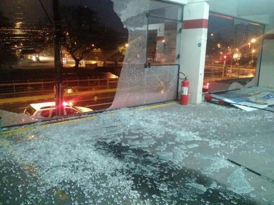 Comitê teve os vidros quebrados (Foto: Brigada Militar/Divulgação)