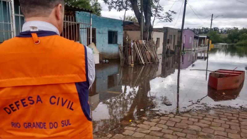 Técnicos da Defesa Civil vistoriam área atingida no município de Alegrete  (Foto: Divulgação Defesa Civil RS)