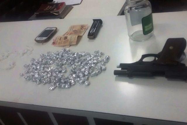 Polícia apreendeu drogas, armas e munição (foto: Polícia Civil/divulgação)