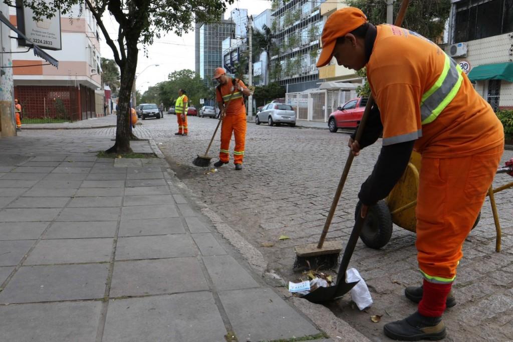 Garis realizam operação especial de limpeza do lixo eleitoral. (Foto: Luciano Lanes /PMPA)