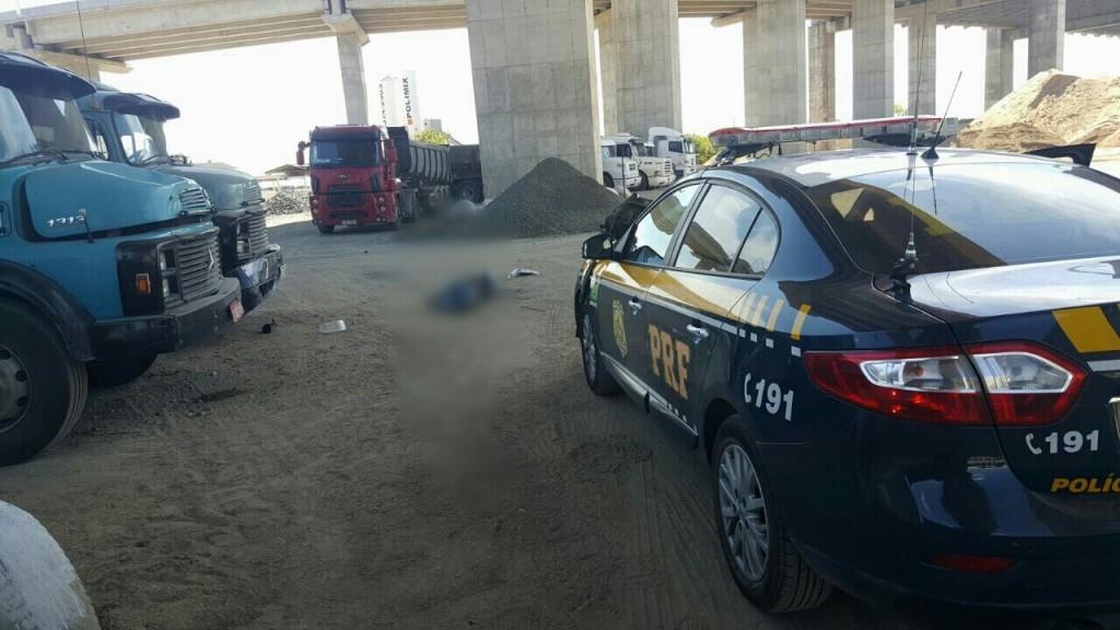 Vítima caiu dentro do pátio de uma empresa, após colidir com a motocicleta na mureta de viaduto. (Foto: PRF/Divulgação)