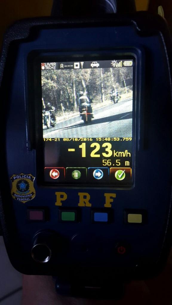 Motocicleta foi flagrada a 123 km/h (Foto: PRF/Divulgação)