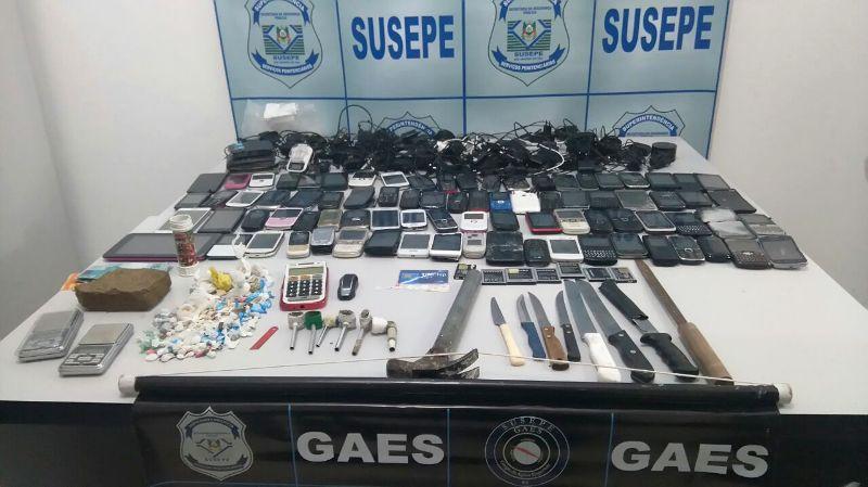 Foram apreendidos 81 celulares com bateria, um tablet, sete baterias, 63 carregadores, dez chips, um tijolo grande de maconha, duas balanças de precisão e crack. (Foto: Divulgação/Susepe)