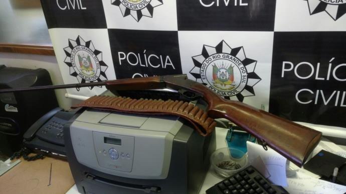 Arma foi apreendida na casa do político (Foto: Polícia Civil/Divulgação)
