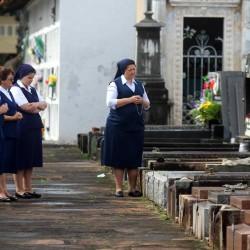 Freiras rezam no cemitério da Santa Casa, em Porto Alegre (Foto: Jackson Ciceri/O Sul)
