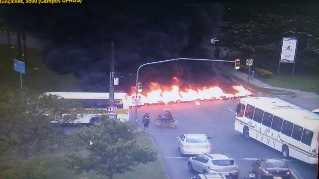 Manifestantes atearam fogo em pneus na avenida Bento Gonçalves, em frente  à Ufrgs (Foto: EPTC/Divulgação)
