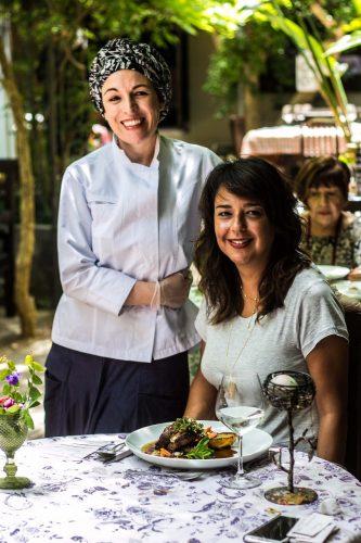 A chef Roberta Horn Gomes e Fernanda Sicca no jardim do aconchegante restaurante. (Foto: Jackson Ciceri/O Sul)