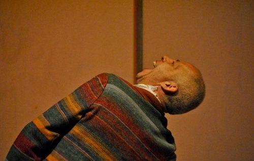 Gutto Basso vive o conturbado personagem Michkin. (Foto: Marcelo Casagrande/divulgação)
