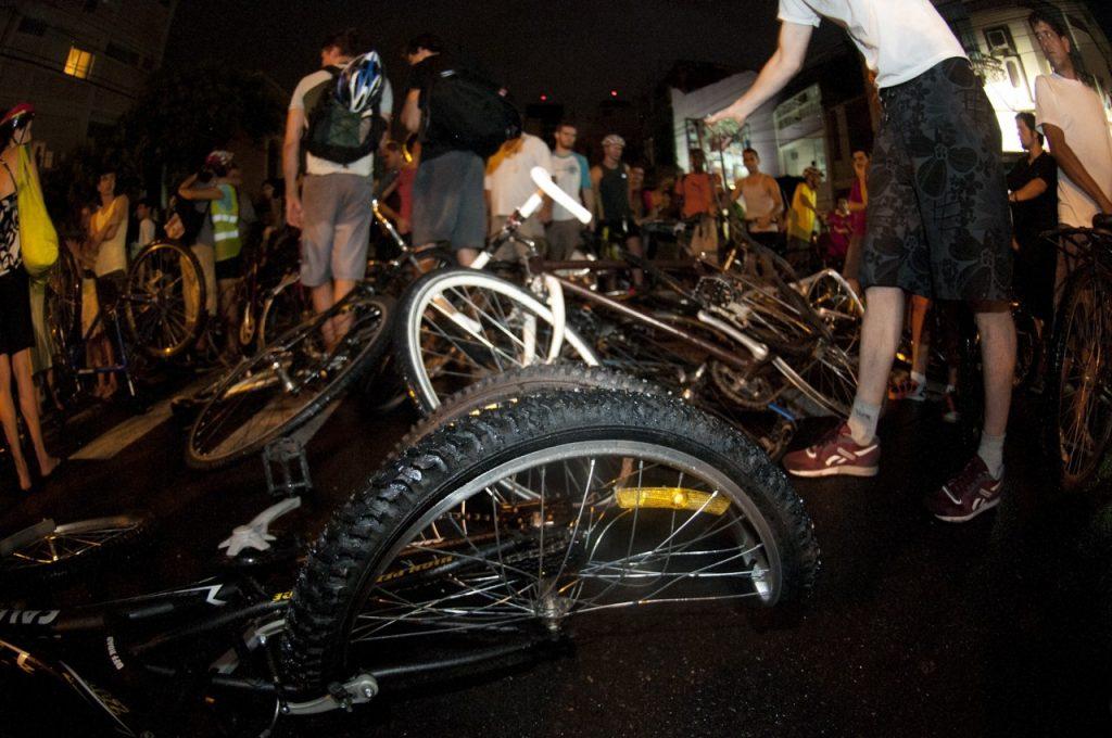 Automóvel dirigido por Ricardo José Neis atropelou ciclistas em Porto Alegre, em 2011. (Foto: Ramiro Furquim/Agência Freelancer)