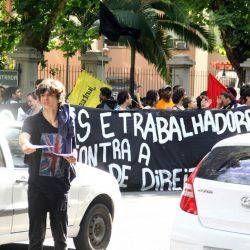 Estudantes  e professores da UFRGS protestaram contra pacotes do governos Sartori e Federal  (Foto: Jackson Ciceri/O Sul)