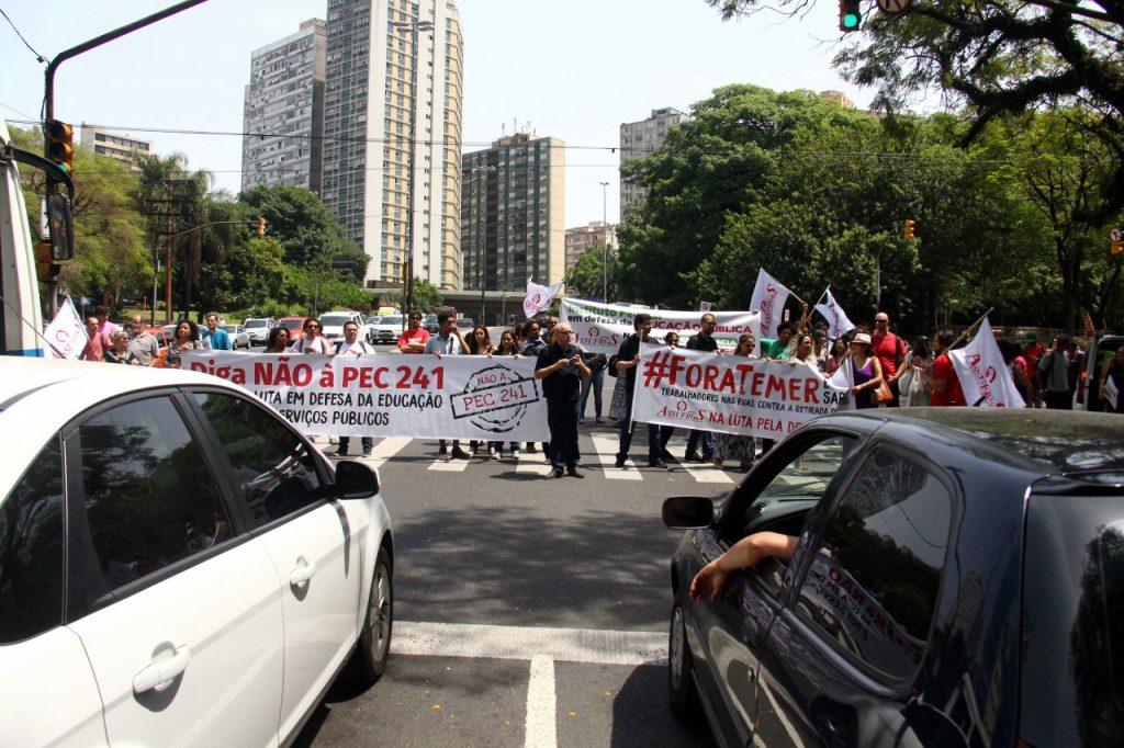 Protesto interrompe  o trânsito na Av. João Pessoa.  (Crédito: Jackson Ciceri/ o Sul)