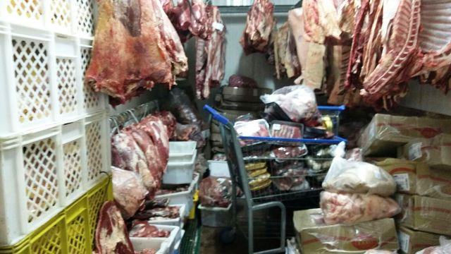 Armazenamento de carnes estava fora de refrigeração e sem etiquetas. (foto: Polícia Civil/divulgação)