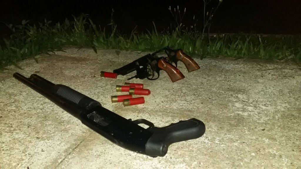 Foram apreendidos dois revólveres calibre 38 e uma espingarda calibre 12 (Foto: Brigada Militar/Divulgação)