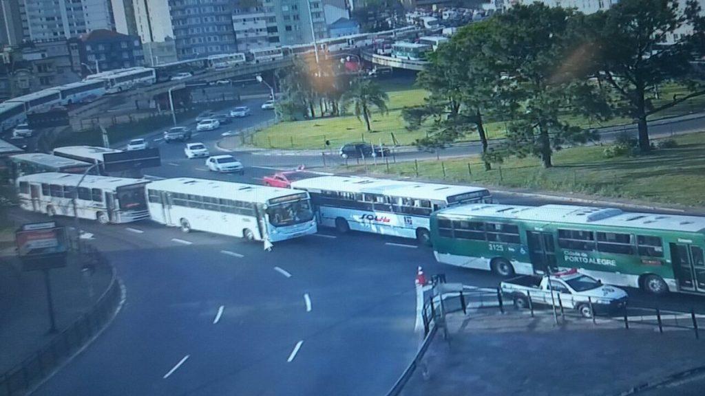 Ocorrência causa transtornos no trânsito na região (Foto: EPTC/Divulgação)