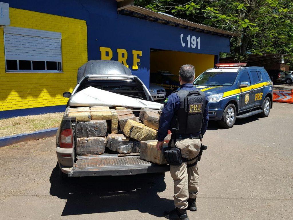 policiais encontraram 647 quilos do entorpecente na carroceria e no banco traseiro de caminhonete.(Foto:PRF/Divulgação)