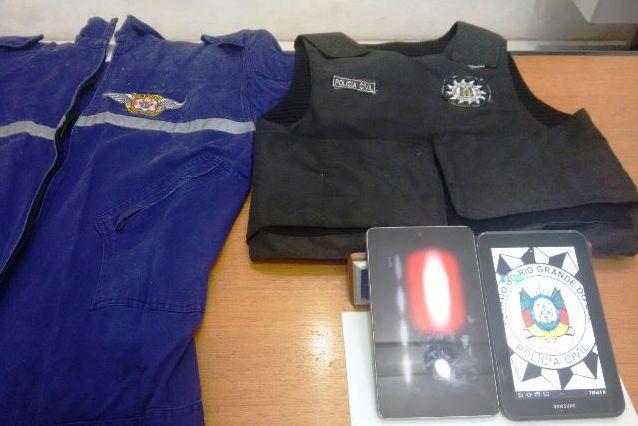 Na residência dele foram encontrados uma capa para colete balístico, com o distintivo da Polícia Civil do Estado do Rio Grande do Sul, e um macacão dos Bombeiros Voluntários. (Foto: Polícia Civil/Divulgação)