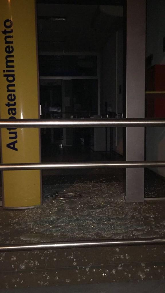 Vidros da agência foram atingidos por disparos (Foto: Polícia Civil/Divulgação)