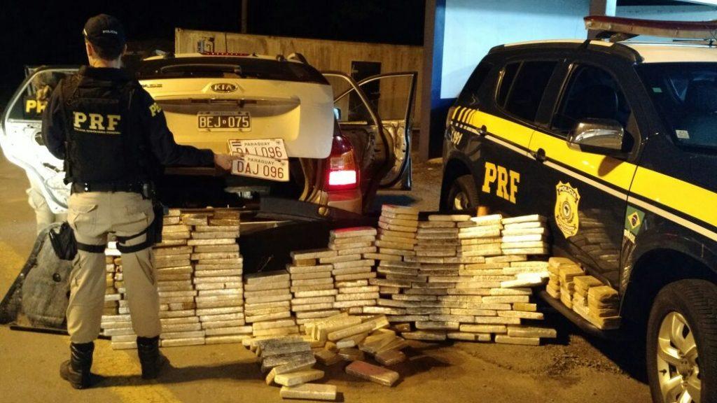 A droga, transportada em um Kia Sportage com placas da Argentina que havia sido roubado em Minas Gerais, estava escondida em fundos falsos (Foto: PRF/Divulgação)