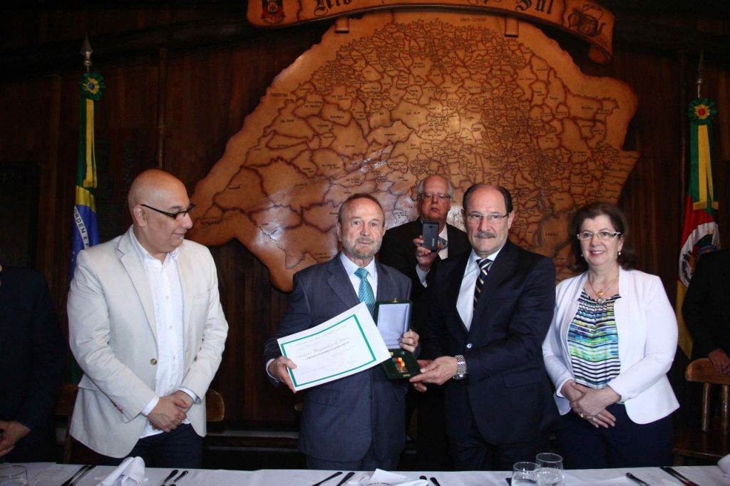 Governador entrega a medalha Simões Lopes Neto ao presidente da Academia, Avelino Collet. Fotos: Jackson Ciceri/O SUL
