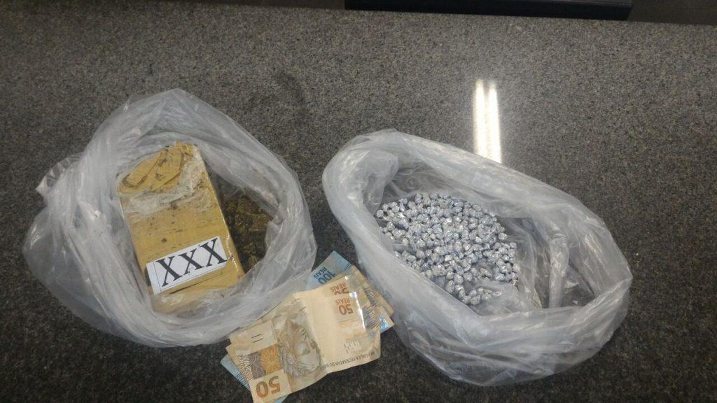 Na averiguação, 310 pedras de crack e 451 gramas de maconha foram encontradas dentro da bolsa da mulher (Foto: PRF/Divulgação)