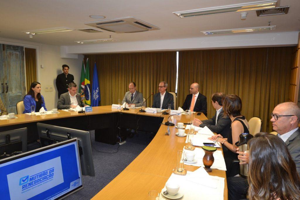 Pelo SEBRAE,  Paulo Renato Silva da Paz (superintendente) (E),   Derly Fialho (C), diretor superintendente e Diogo Chamun, presidente do SESCON-RS (D). Fotos: SEBRAE-RS.