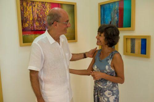 Cynthia Silveira apreciou a arte de Fernando Mello, que recebeu os convidados no estilo carioca, com chá-mate gelado e biscoitos Globo. (Foto: Pedro Antonio Heinrich/especial)