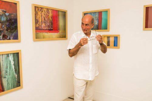 Fernando Mello, muito bem humorado, no vernissage de sua nova exposição. (Foto: Pedro Antonio Heinrich/especial)