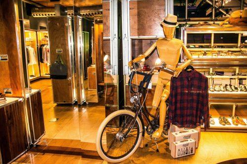 Moda passeio: o manequim, pronto para sair de bicicleta dos espaços da Hemb. O complemento é a camisa de estilo bem contemporâneo. (Foto: Jackson Ciceri/O Sul)