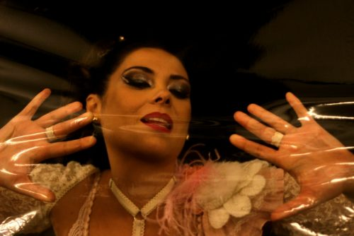 """Fernanda Copatti apresenta novo ato do espetáculo """"Pra Bailarina Que Eu Não Fui"""" no Bar Opinião. (Foto: Heloisa Medeiros/divulgação)"""