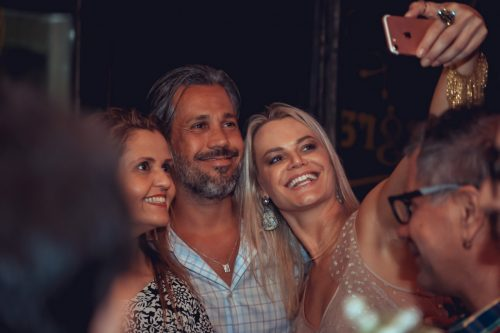 Selfie: Bárbara Carrion com o casal Bebety Schmidt Albrecht e Kiko Asmuz. (Foto: Douglas Santos/divulgação)