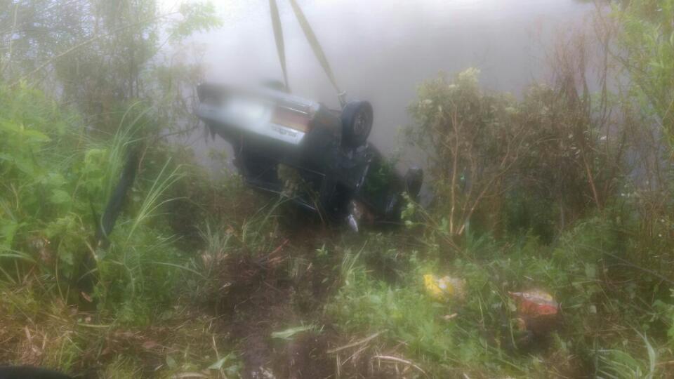 Veículo colidiu com um  caminhão e acabou caindo em um açude (foto: PRF/divulgação)