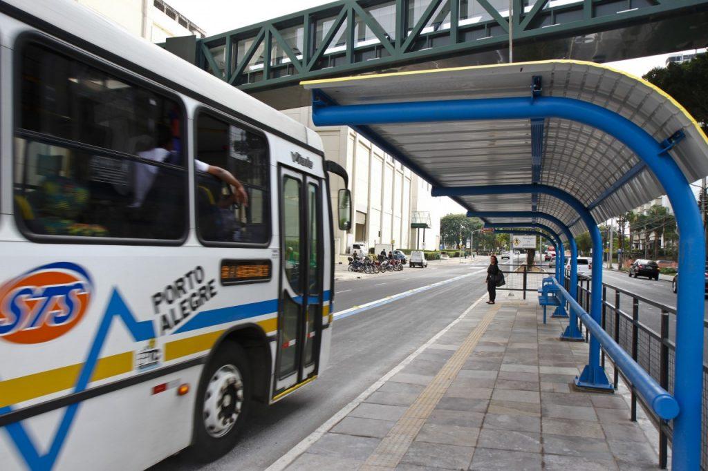 Carros, táxis e outros veículos motorizados devem trafegar fora do novo corredor, rodando somente nas faixas do centro e à esquerda. (Foto: Joel Vargas/PMPA)