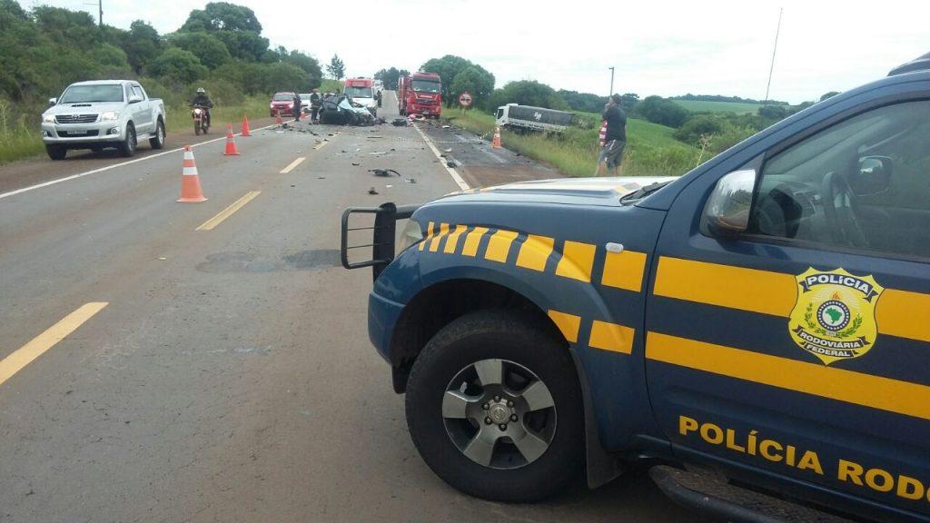 Veículos colidiram frontalmente (Foto: PRF/Divulgação)