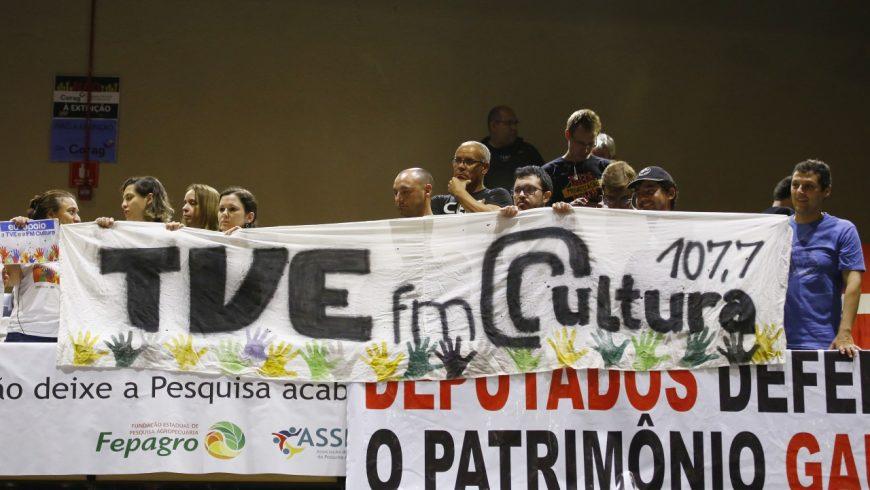 Mesmo com protesto de trabalhadores, deputados voram pela extinção da TVE e da FM Cultura. (Foto: Juarez Junior/AL-RS)