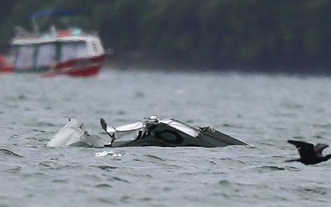 Os destroços do avião em que viajava o ministro do STF morto em acidente aéreo na  quinta-feira começaram a ser recolhidos do mar na noite desse domingo. (Foto: Reprodução)