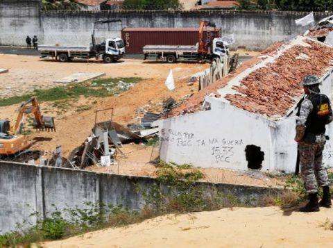 A barricada improvisada busca evitar novos conflitos entre os presos de facções rivais. (Foto: Reprodução)