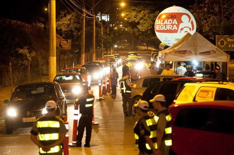 Barreiras montadas pelo Detran e BM apreenderam dez veículos e 48 carteiras de habilitação. (Foto: Divulgacao/Detran)