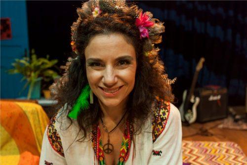 Fernanda Carvalho Leite vive uma hippie no espetáculo, cujos trajes foram criados por Rô Cortinhas. (Foto: Pedro Antonio Heinrich/especial)