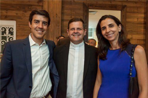 Ana Carolina e Cicero Furini com o Padre Luís Francisco Ledur. (Foto: Pedro Antonio Heinrich/especial)