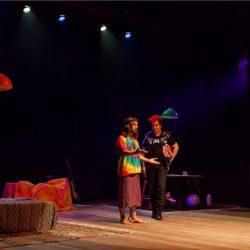 O hippie e o punk: José Henrique Ligabue e Marcos Kligman em cena no palco do Teatro da Santa Casa. (Foto: Pedro Antonio Heinrich/especial)