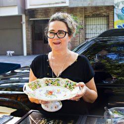 A antiquária Márcia Haubert Rodrigues da Silva, mostra uma peça incomum de porcelana de Meissen, que em português também é conhecida como porcelana de Saxe. Uma fruteira criada com o requinte da marca e decoração floral.  (Foto: Carlos Chaves/especial)