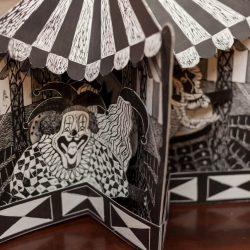 """No detalhe: o livro pop-up """"Respeitável Público"""", de edição artesanal, em xilogravura, produzido por Carmem Lucia Niederhagebock. (Foto: Pedro Antonio Heinrich/especial)"""