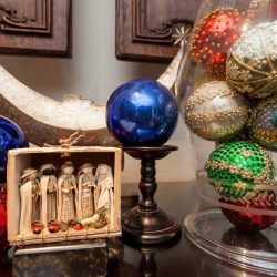 O bonito presépio criado pelo ateliê Yurapagê e as esferas natalinas elaboradas pelo estilista Cattani, há décadas. (Foto: Pedro Antonio Heinrich/especial)