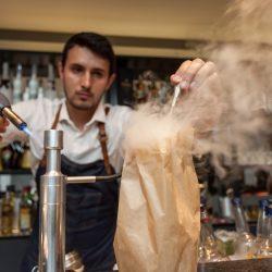 O barman Richard Machado preparando drink com apurada técnica. (Foto: Pedro Antonio Heinrich/especial)